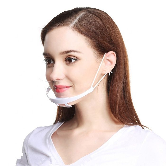 femme avec masque transparent menton